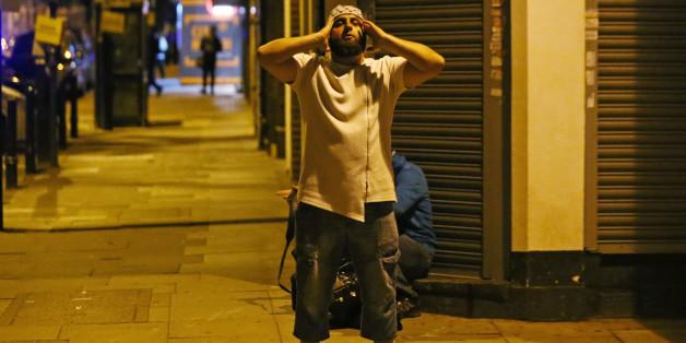 Ein mann betet, nachdem ein Lieferwagen in eine Menschenmenge in London gefahren ist
