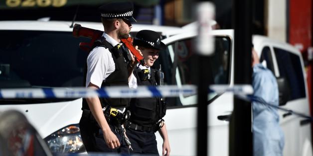 Des policiers britanniques derrière un cordon de sécurité sur les lieux de l'attaque devant la mosquée de Finsbury Park à Londres, 19 juin 2017