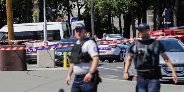 Auto in Paris fährt in Polizeiwagen - Polizisten nehmen mutmaßlichen Angreifer fest