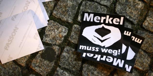 """Aufkleber mit """"Merkel muss weg"""" Schriftzug"""