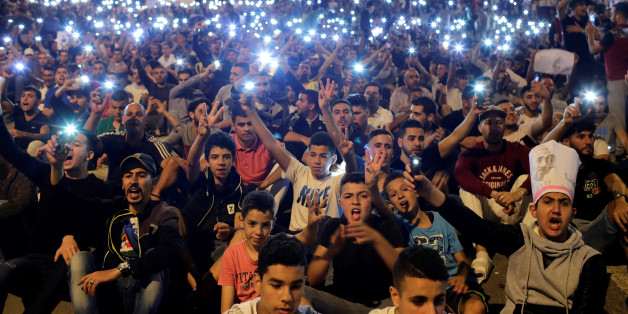 Protesters hold their phones as they shout slogans during a demonstration in the northern town of Al-Hoceima against official abuses and corruption, Morocco June 1, 2017. REUTERS/Youssef Boudlal     TPX IMAGES OF THE DAY