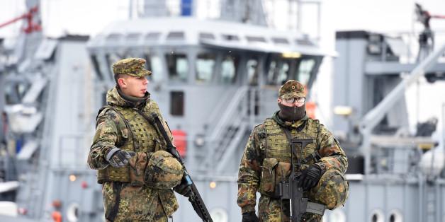 Ein Kriegsschiff der Deutschen Marine soll im Hamburger Hafen vor Anger liegen.