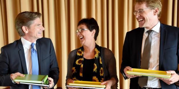 Heiner Garg (FDP), Monika Heinold (Grüne) und Daniel Günther (CDU) mit den Koalitionsverträgen