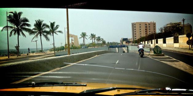 Une moto sur la corniche de Dakar