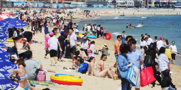 사진은 6월11일 부산 해운대해수욕장을 찾은 관광객들이 물놀이를 하는 모습.