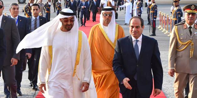 Le président égyptien Abdel Fattah al-Sisi marché avec le prince d'Abu Dhabi cheikh Mohammed ben Zayed al-Nahyane à l'aéroport du Caire, Egypte, le 19 juin 2017.