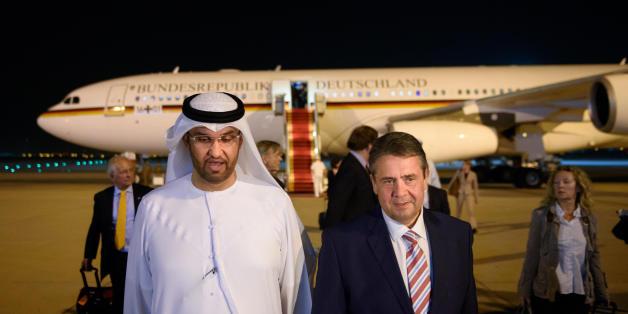 Außenminister Sigmar Gabriel wird am 03.07.2017 nach seiner Ankunft auf dem Flughafen in Abu Dhabi (Vereinigte Arabische Emirate) durch den Staatsminister der Vereinigten Arabischen Emirate, Sultan Al Jaber, empfangen. Gabriel besucht während einer dreitägigen Reise verschiedene Staaten in der Golfregion.