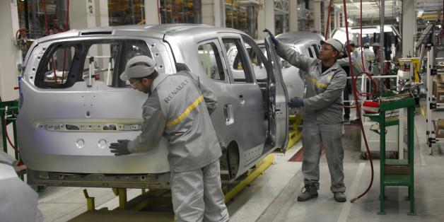 Des ouvriers travaillent dans l'usine Renault de Melloussa, à 30 km de Tanger.