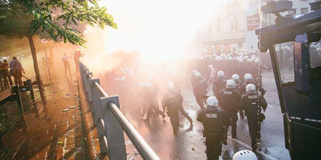 """""""Welcome to Hell""""-Protest in Hamburg: Etwa 2000 Vermummte bringen sich in Position"""