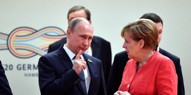 German Chancellor Angela Merkel talks to Russia's President Vladimir Putin at the start of the first working session of the G20 meeting in Hamburg, Germany, July 7, 2017. REUTERS/John MACDOUGALL,POOL