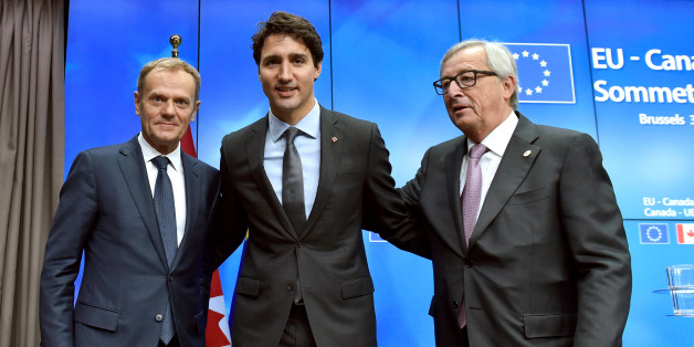 Canada's Prime Minister Justin Trudeau poses with European Council President Donald Tusk (L) and European Commission President Jean-Claude Juncker (R) after the signing of the Comprehensive Economic and Trade Agreement (CETA) at the European Council in Brussels, Belgium, October 30, 2016. REUTERS/Eric Vidal