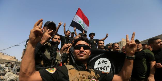 Iraqi Counter Terrorism Service (CTS) celebrate in the Old City of Mosul, Iraq July 9, 2017. REUTERS/Alaa Al-Marjani