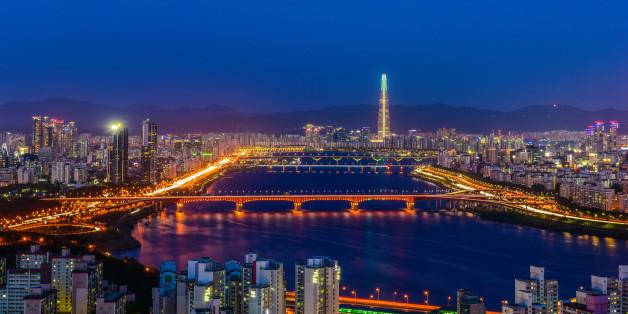 남산 근처에 있는 매봉산에서 찍은 서울의 야경입니다.