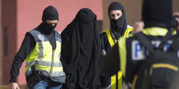 Des policiers espagnols arrêtent une femme soupçonnée de liens avec Daech, à Melilla, en décembre 2014.