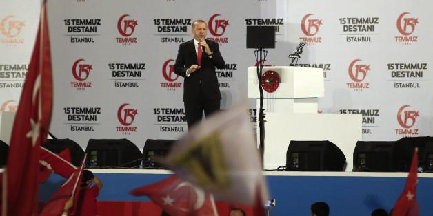 """""""Köpfe abhacken"""": Erdogan hetzt in seiner Rede ein Jahr nach dem Putschversuch gegen """"Verräter"""""""