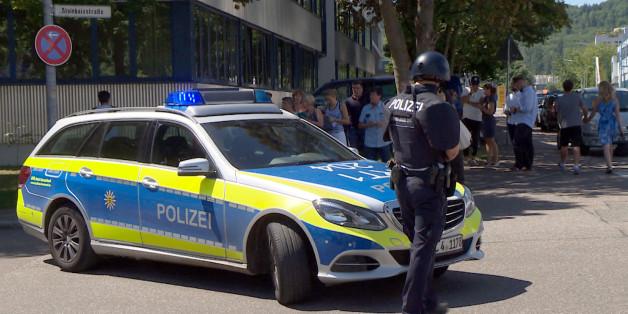 Mann stürmt mit Pistole auf Schulhof - jetzt fahndet die Polizei nach ihm