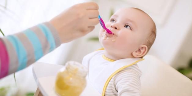 Ab dem Alter von sechs Monaten sind die meisten Säuglinge alt genug und ausreichend entwickelt, um mit Beikost gefüttert zu werden.