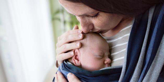 Wenn das Baby noch klein ist, vermittelt ihm der Körperkontakt ein Gefühl von Sicherheit.