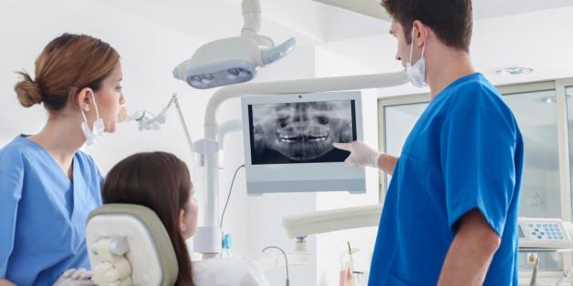 Wenn Babys die ersten Zähne bekommen, wird dies häufig von Knirsch- und Klappergeräuschen begleitet. Lest hier, wann ihr einen Arzt konsultieren solltet.