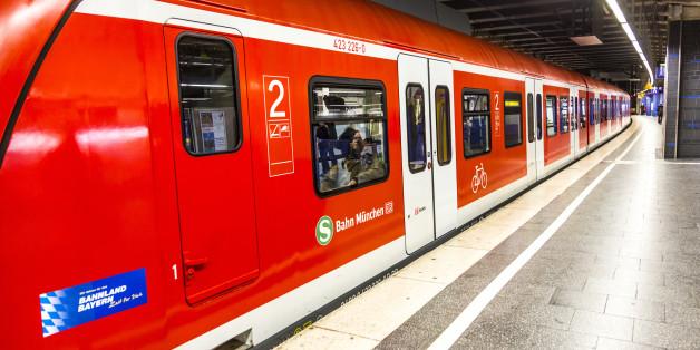 Frau stürzt eine Treppe an der Münchner S-Bahn hinunter - jetzt hat die Polizei einen schlimmen Verdacht