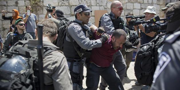 Israelische Polizisten halten eine Palästinenser beim Löwentor fest