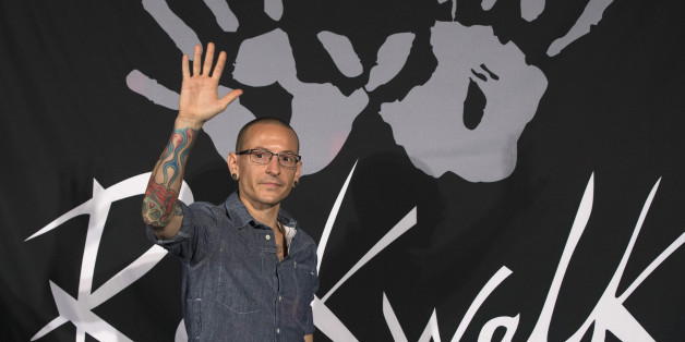 Lead vocalist of rock band Linkin Park Chester Bennington waves before the band is inducted into Guitar Center's RockWalk in Los Angeles, California June 18, 2014.    REUTERS/Mario Anzuoni  (UNITED STATES - Tags: ENTERTAINMENT)