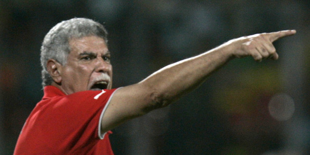Egypt's coach Hassan Shehata gestures to his players during their African Nations Cup semi-final soccer match against the Ivory Coast in Kumasi February 7, 2008. REUTERS/Bruno Domingos (GHANA)