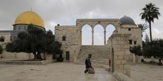 Un homme prie sur l'esplanade des Mosquées à Jérusalem, octobre 2015