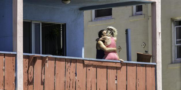 Mann hat auf Balkon Sex mit zwei Frauen – dann geht plötzlich alles schief