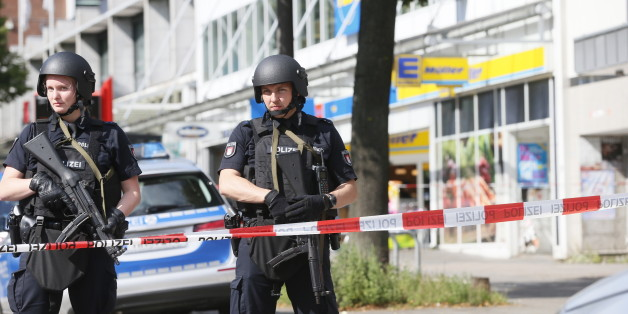 Police cordon off the area around a supermarket in the northern German city of Hamburg, where a man killed one person and wounded several others in a knife attack, on July 28, 2017 . 'There is no valid information yet on the motive or the number of people injured' by the man, who 'entered a supermarket and suddenly began attacking customers', said police, adding that one victim died from his severe wounds. / AFP PHOTO / dpa / Paul Weidenbaum / Germany OUT        (Photo credit should read PAUL WE