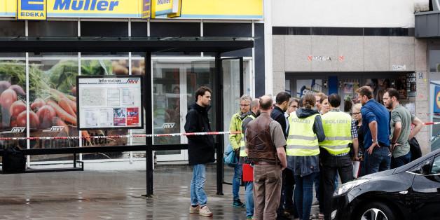 Amateurvideo aus Hamburg: Hier bewerfen Passanten den Messer-Angreifer mit Stühlen