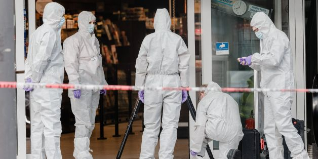 Police investigator work at the area around a supermarket in the northern German city of Hamburg, where a man killed one person and wounded several others in a knife attack, on July 28, 2017. 'There is no valid information yet on the motive or the number of people injured' by the man, who 'entered a supermarket and suddenly began attacking customers', said police, adding that one victim died from his severe wounds. / AFP PHOTO / dpa / Markus Scholz / Germany OUT        (Photo credit should read