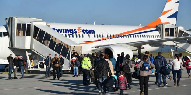Abgelehnte Asylbewerber aus Albanien und dem Kosovo gehen am 27.11.2015 auf dem Kassel-Airport in Calden (Hessen) zum Flieger (Archivbild)