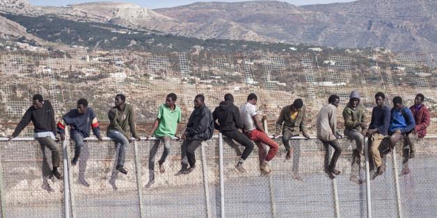 Des migrants sur la clôture entre le Maroc et Melilla, avril 2014.