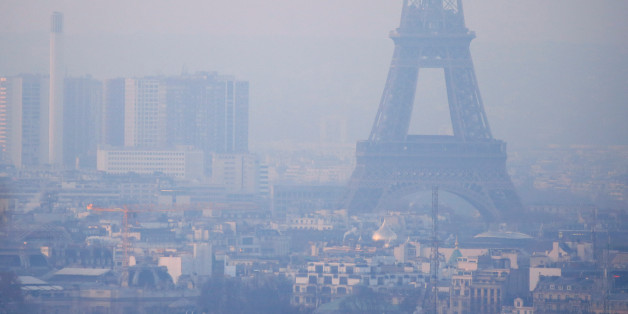 The Eiffel Tower is surrounded by a small-particle haze which hangs above the skyline in Paris, France, December 9, 2016 as the City of Light experienced the worst air pollution in a decade.  REUTERS/Gonzalo Fuentes