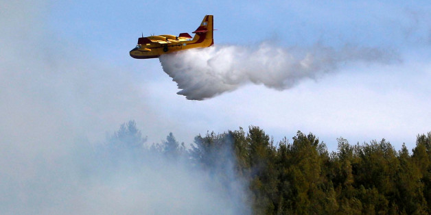 A firefighting plane from Greece fights a wildfire over a forest near Jerusalem November 24, 2016. REUTERS/Ronen Zvulun