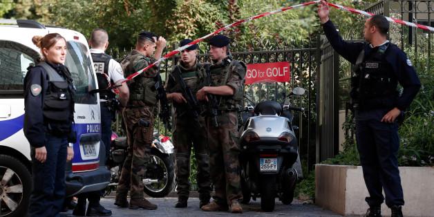 Auto rast in Vorort von Paris in eine Gruppe von Soldaten - mehrere Verletzte