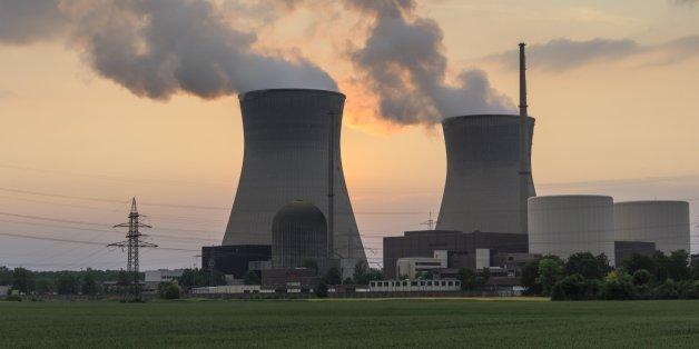Ein laufendes Atomkraftwerk gegen den Abendhimmel fotografiert.