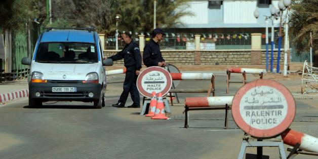 Des policiers algériens arrêtent les voitures à un point de contrôle à Amenas, près de la frontière libyenne.