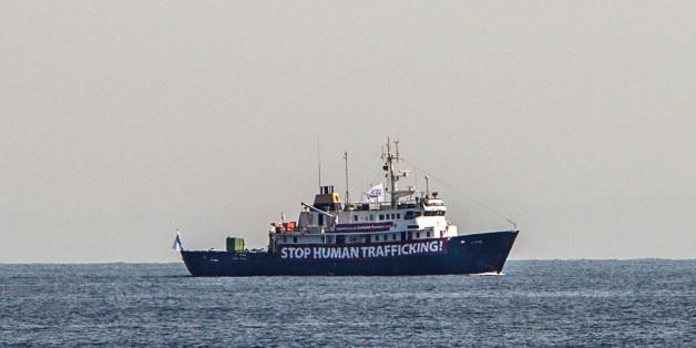 Identitäre wollten Flüchtlingsretter behindern, nun sind sie selbst in Seenot geraten - und eine NGO kommt zur Hilfe