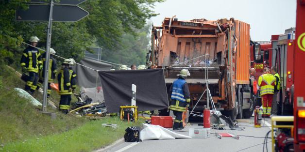 Tragödie in Baden-Württemberg: Müllwagen kippt um und tötet fünf Menschen in Auto