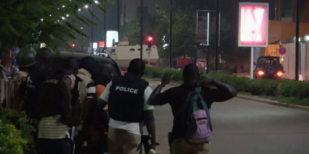 La police burkinabé près du restaurant Istanbul à Ouagadougou, Burkina Faso, 13 août 2017. REUTERS/Reuters TV