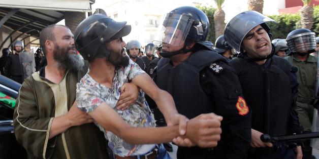 Des policiers arrêtent des manifestants durant une manifestation contre la corruption à Al Hoceima, le 20 juillet 2017.