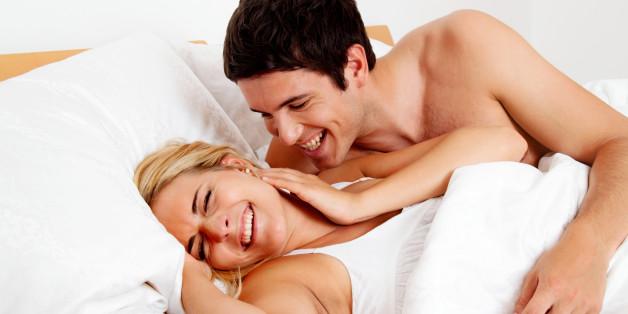(GERMANY OUT) Paar hat Spass im Bett. Lachen, Freude und Erotik im Schlafzimmer  (Photo by Wodicka/ullstein bild via Getty Images)