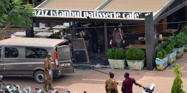 Des forces de l'ordre devant le restaurant Aziz Istanbul à Ouagadougou après l'attentat qui a ciblé l'établissement la veille, le 14 août 2017