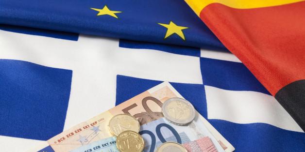 (GERMANY OUT) Europäische, deutsche und griechische Flagge mit Euro Geld (Photo by Bildquelle/ullstein bild via Getty Images)