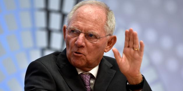 Finanzminister Wolfgang Schäuble verspricht Steuersenkungen - doch das reicht nicht, sagen Experten