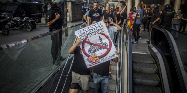 Die rechtsradikalen Identitären wollen in Barcelona demonstrieren - dann stellt sich ihnen eine Menschenmenge in den Weg