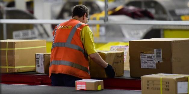 Mitarbeiter von DHL am Fließband