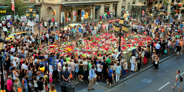 RAMBLAS STREET, BARCELONA, CATALONIA, SPAIN - 2017/08/22: A general view of a carpet flower with candles and notes of condolence is seen to pay tribute to the victim of the Barcelona terrorist attack on Las Ramblas street. (Photo by Ramon Costa/SOPA Images/LightRocket via Getty Images)